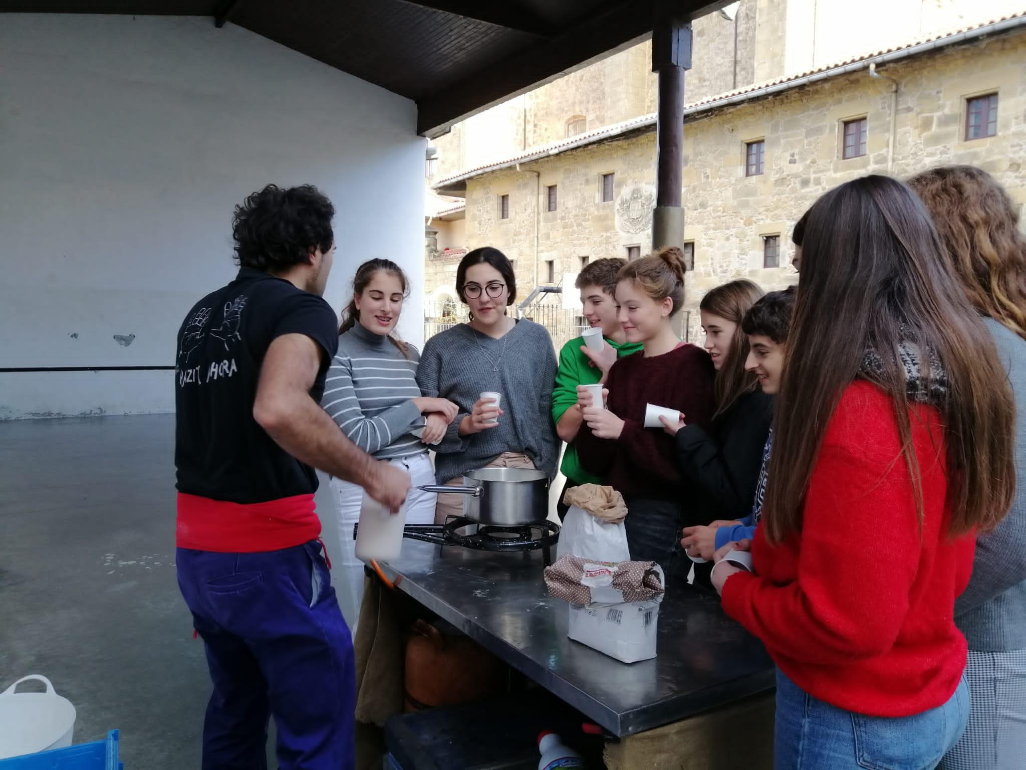 """Los/las del comedor en el taller de la bebida """"Morokil"""""""