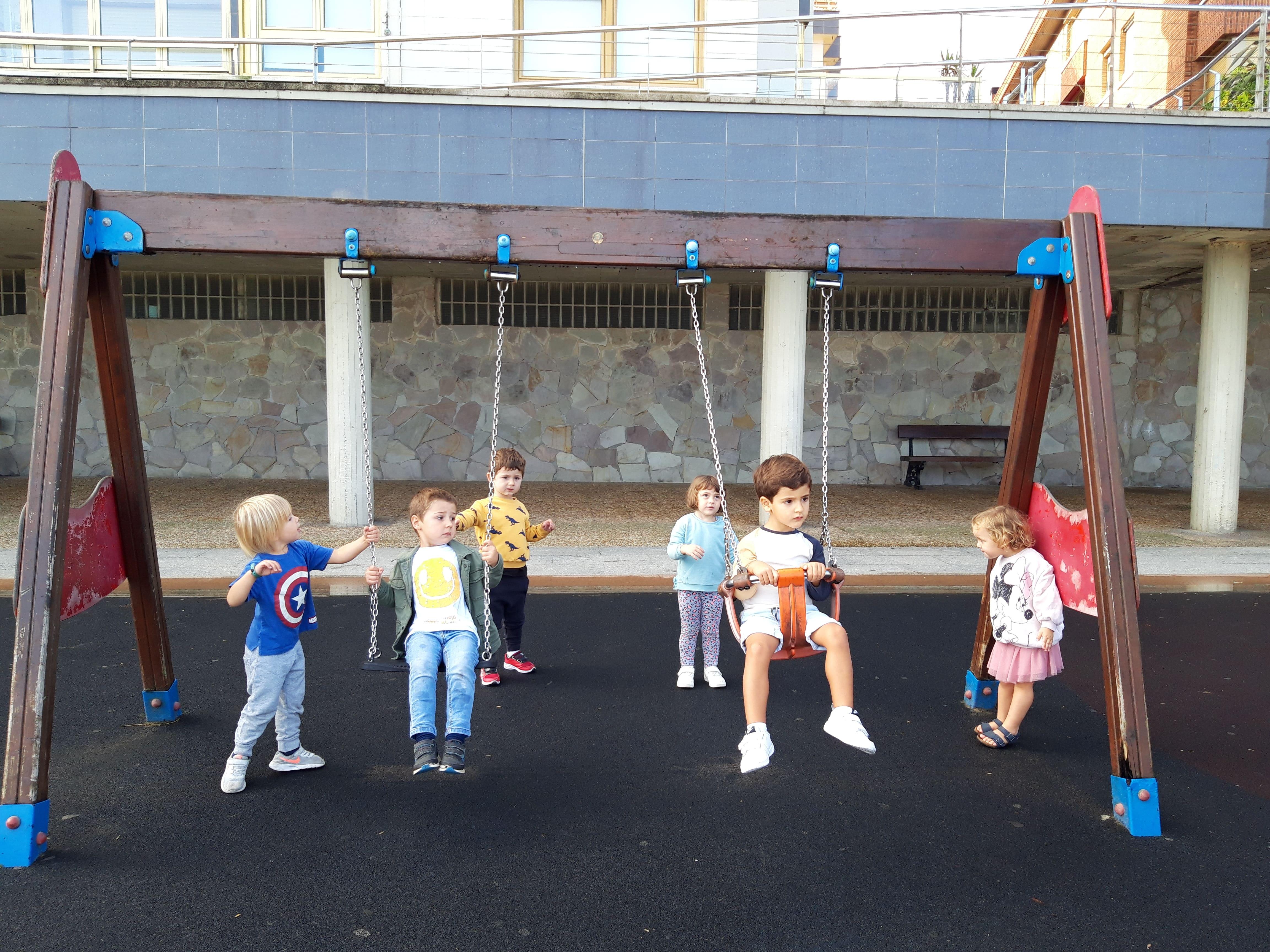 ¡Disfrutando de los espacios exteriores en el aula de 3 años!